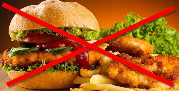 Употребление жирной и острой пищи может спровоцировать желтый налет на языке