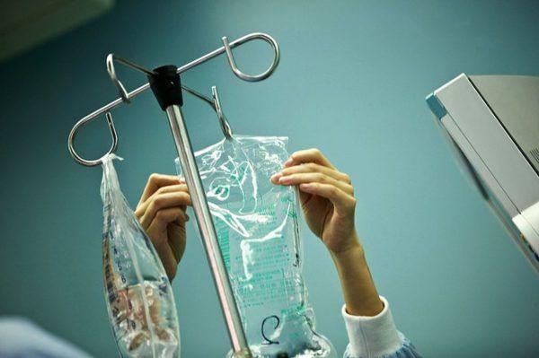 Малышам при диарее ставят капельницу с физрастовором для восполнения жидкости в организме и предотвращения обезвоживания