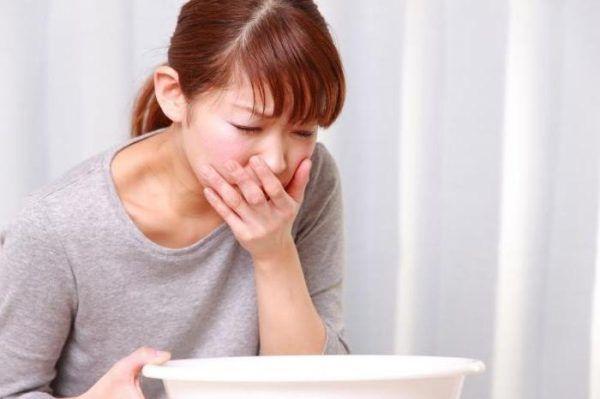При отравлении тошнота и боль в животе часто сочетаются с лихорадкой