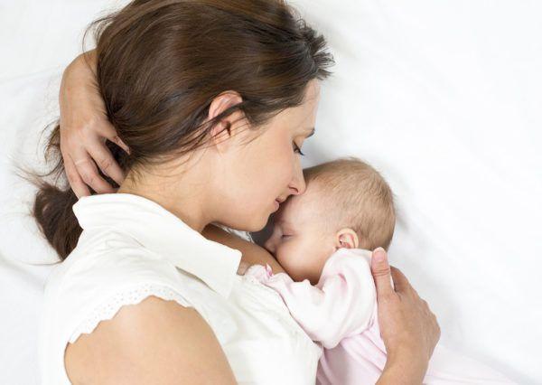 С молоком матери у малыша формируется своя микрофлора