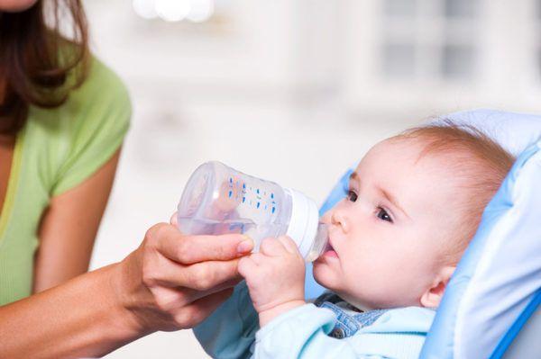 Воду можно давать из бутылочки или ложки