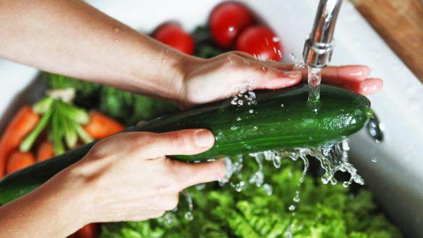 Все овощи, фрукты, зелень, ягоды перед употреблением следует не просто тщательно промывать проточной водой, но и обдавать кипятком