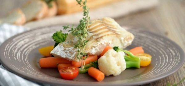 Обязательно в рационе должны присутствовать блюда из рыбы, приготовленные на пару или запеченные