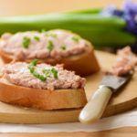 Бутерброд из черного хлеба с нежирным паштетом