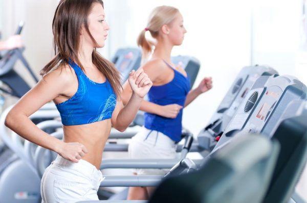 Если физические упражнения выполняются на полный желудок, может заболеть правый бок