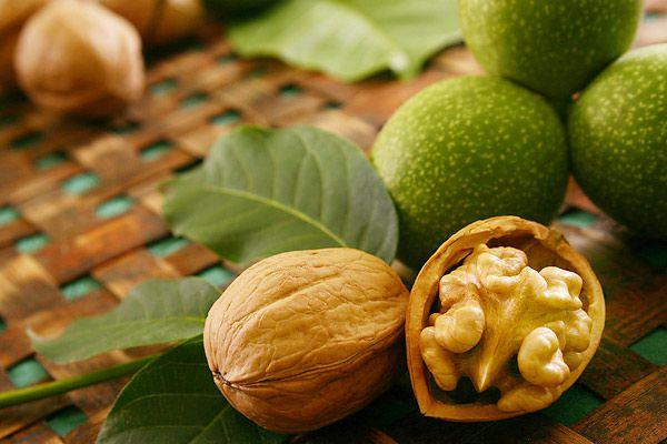 Грецкие орехи оказывают мягкое обволакивающее воздействие и снимают раздражение из-за соляной кислоты