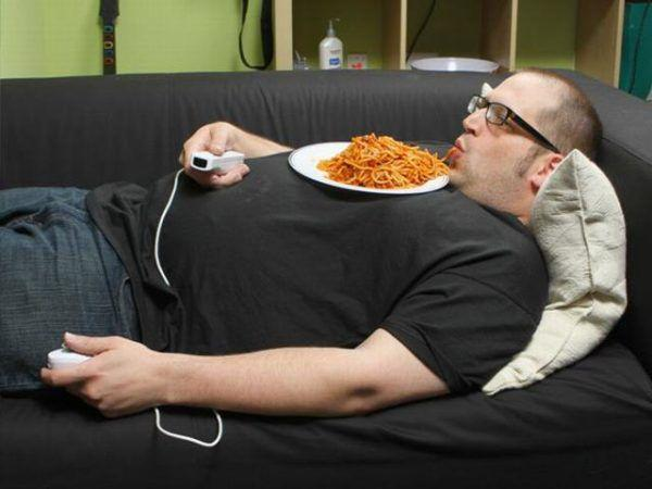 Не стоит лежать после еды и принимать пищу лежа