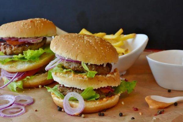 Острая, жирная, тяжелая пища может вызвать урчание в животе