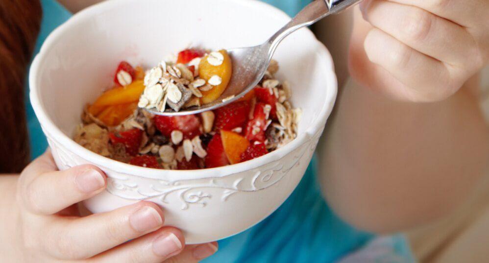 При непереносимости лактозы человек должен придерживаться диеты