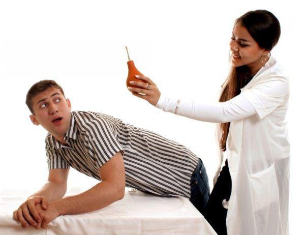 Неправильно проведенное клизмирование повреждает стенки слизистой оболочки кишечника