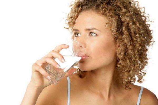 Даже если не хочется, пейте воду, но только не газированную, а чистую, можно минеральную без газа или обычную фильтрованную