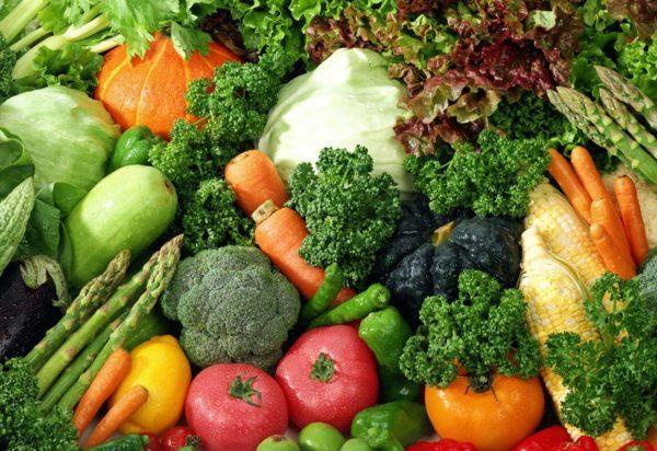 Включите в рацион ребенка овощи и зелень для стимуляции кишечника