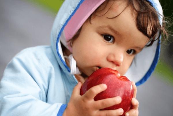 Частая причина заражения глистами - употребление немытых фруктов, овощей