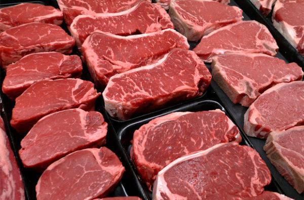 Чтобы сохранить красный цвет мяса, который в глазах покупателей является главным свидетельством его свежести, продавцы идут на разнообразные уловки