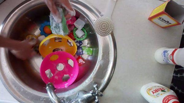 Не забывайте мыть игрушки и руки ребенка