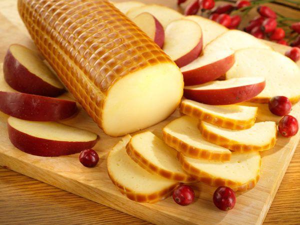 Нельзя употреблять в пищу копченый сыр