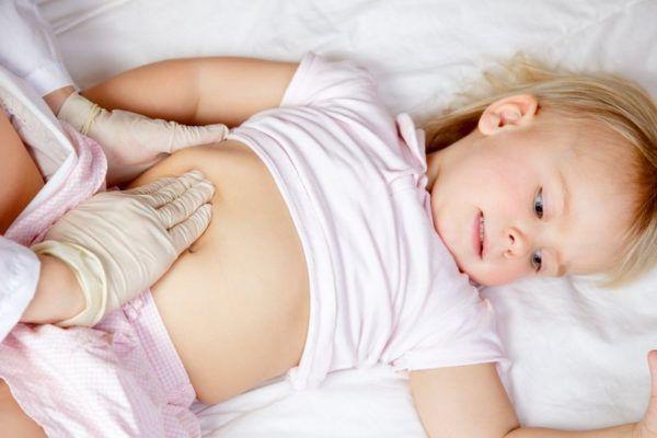 Нужно насторожиться, если у ребенка болит живот и поднялась температура