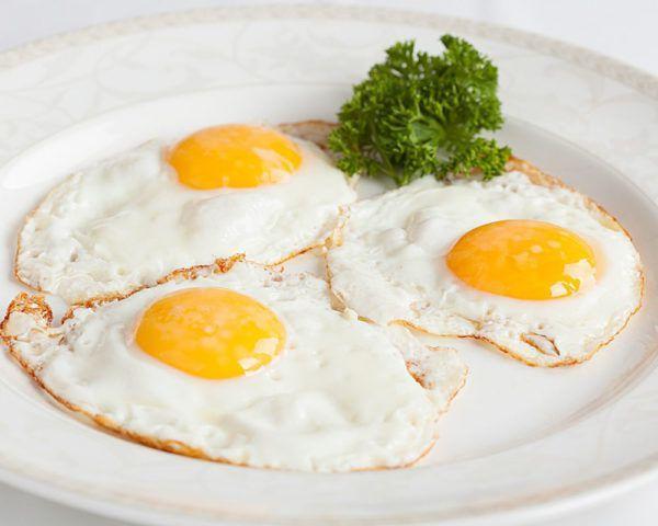 При панкреатите нежелательно есть яичницу