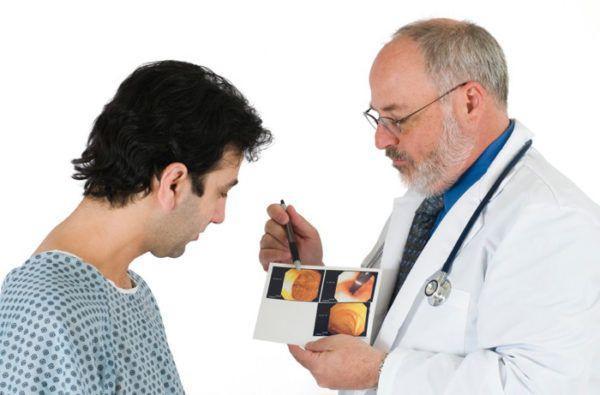 Проктолог обсуждает с пациентом результаты обследования