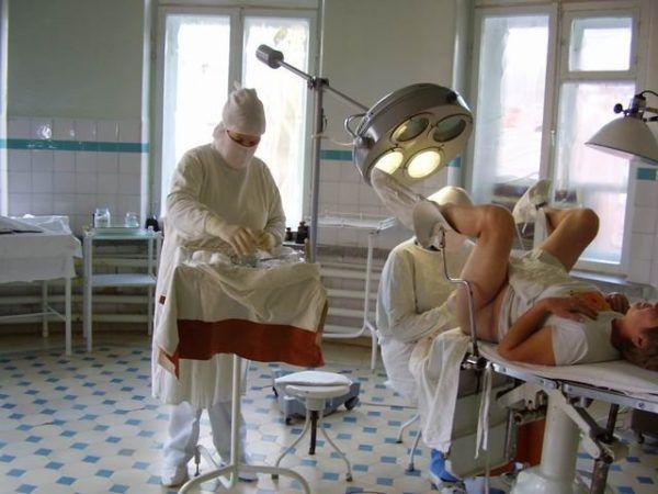 Проктолог осматривает женщину