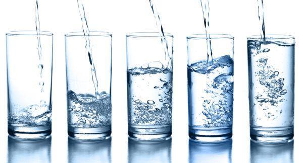 В день необходимо употреблять примерно 2 литра воды