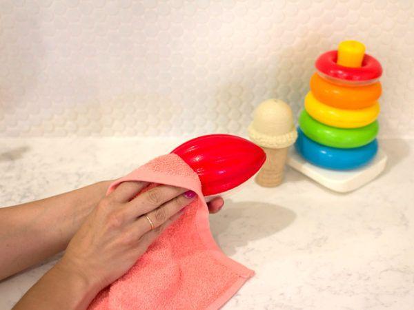 Важно позаботиться о своевременной дезинфекции игровых предметов своего малыша