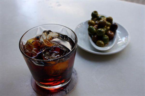 Некрепкие спиртные или безалкогольные напитки, назначение которых – слегка утолить жажду и возбудить аппетит. К ним подаются закуски