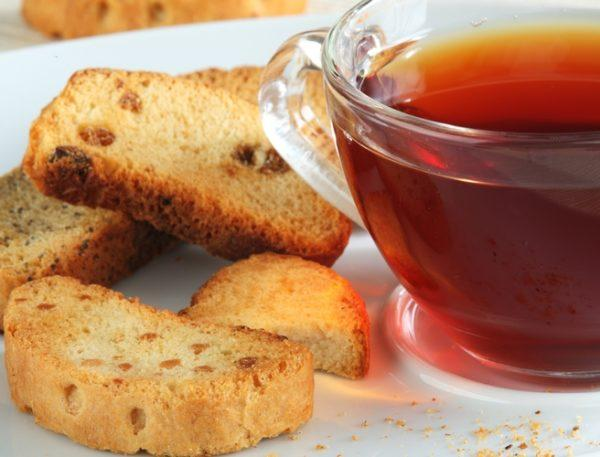 Чай и сухарики после пробуждения для снижения симптомов токсикоза