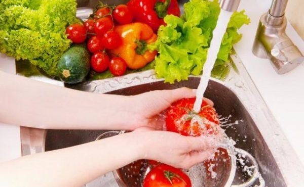 Фрукты и овощи нужно мыть перед употреблением