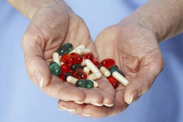 Лечение начинают с назначения препаратов