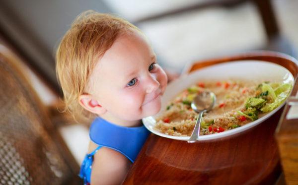 Одним из основных факторов остановки желудка в детском возрасте специалисты считают погрешности в питании