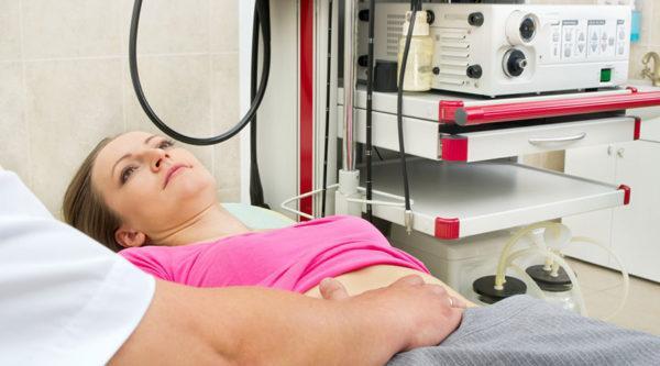 Процедуру назначают при наличии болей в желудке, частых изжогах, при тошноте и рвоте, при постоянной тяжести и распирании в желудке