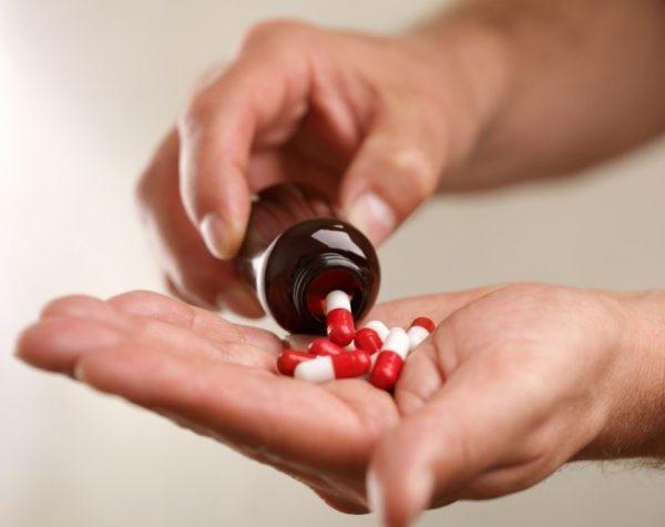 Симптоматическое лечение заключается в сочетании приема медикаментов и соблюдения диеты
