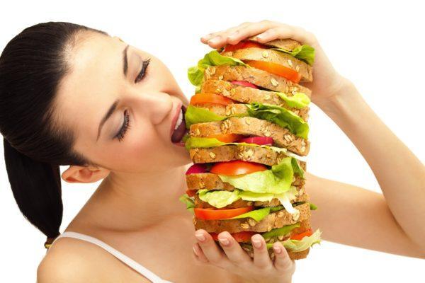 Употребление большого количества жареной или жирной пищи может вызвать тяжесть в правом боку