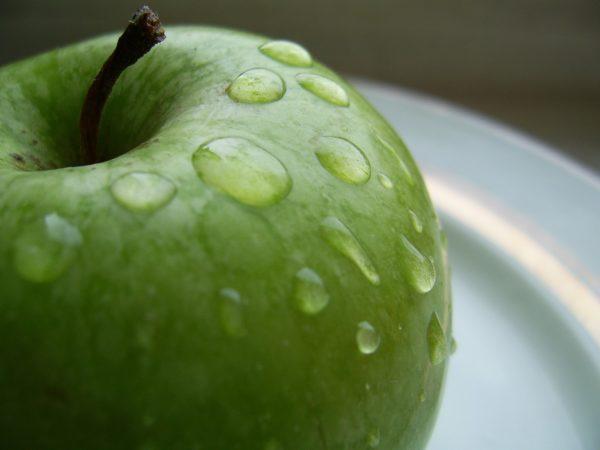 Яблоко предварительно нужно очистить от кожуры