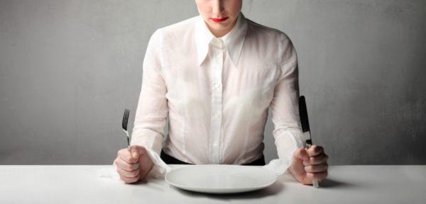 Боли облегчаются при голодании, прикладывании холода на проекцию ПЖ