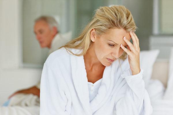 Человек может испытывать головную боль, головокружение, быстро утомляться, плохо засыпать, страдать бессонницей, могут появиться различные аллергические проявления