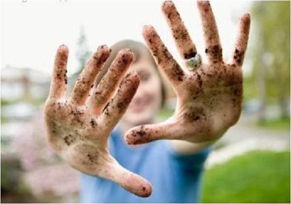 Чаще всего бактерии попадают внутрь кишечника при непроизвольном облизывании грязных рук