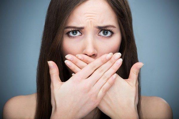 Если при полноценном уходе вас беспокоит зловонное дыхание, следует обратить внимание на здоровье. Неприятный запах может стать проявлением многих патологий внутренних органов и систем
