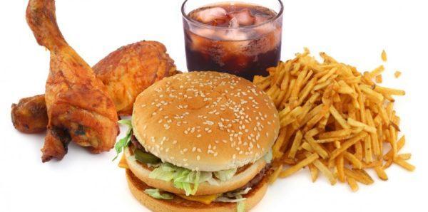 Колики часто вызывает нездоровая пища