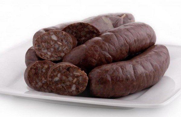 Кровяная колбаса часто провоцирует появление черных каловых масс, однако, после исключения ее из рациона, все встает на круги своя
