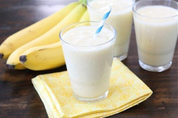 Молочный напиток с медом и бананами помогает улучшить моторику желудочно-кишечного тракта