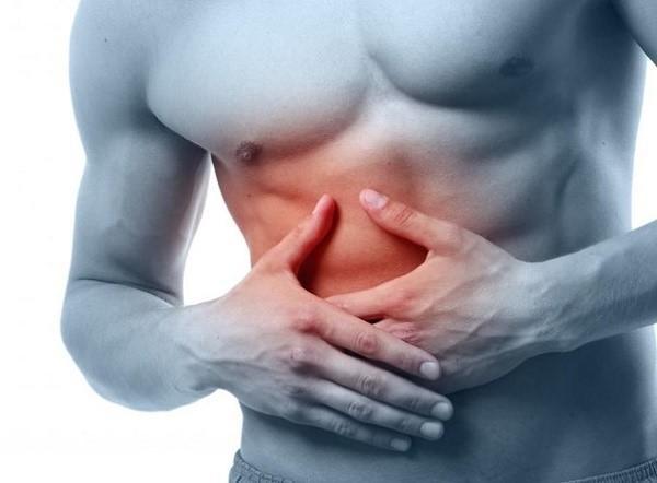 Один из наиболее характерных симптомов болезни - колики в правом подреберье