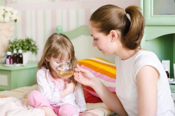 Постоянно и помалу поите ребёнка, пока он не сможет или не захочет пить самостоятельно