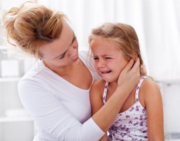 Прежде всего родитель должен успокоить малыша, перенёсшего рвоту, и успокоиться самому