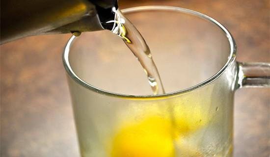 При контакте с горячей водой мёд теряет свои целебные свойства