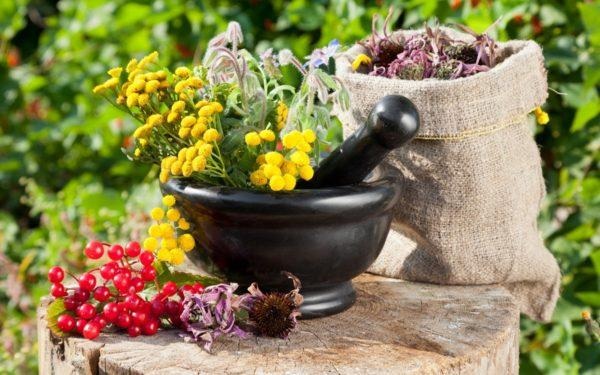 Боли в животе помогают устранить не только средства официальной медицины, но и лекарства, сделанные по народным рецептам