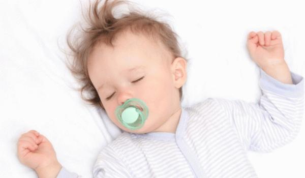 Следите за тем, чтобы ребенок не спал на спине