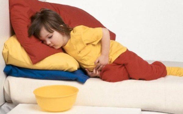 Уложите ребенка на бок и ждите врача