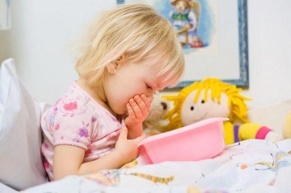 В первую очередь рвота у ребёнка требует не лечения, а профилактики обезвоживания